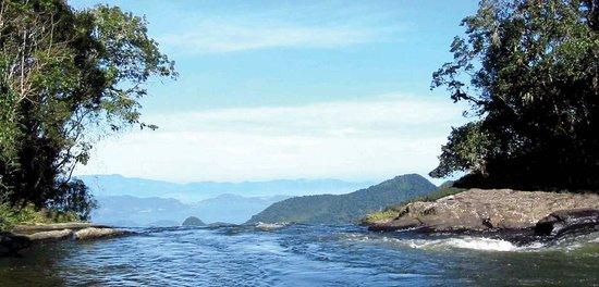 Bananal, SP: Vista do poço de banho Cachoeira do Bracuí, que faz parte da área da Pousada