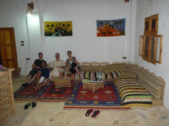 Hotel Desert Rose Eco Lodge: Mohammed the owner and some other guests
