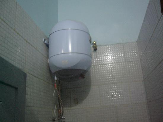 Cairo Palace: シャワーのお湯がここに入っています。使いすぎるとでなくなりますよ!