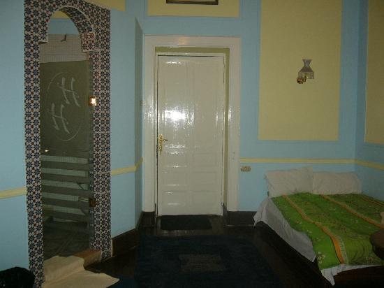 Cairo Palace: 部屋です。左がバスルーム。