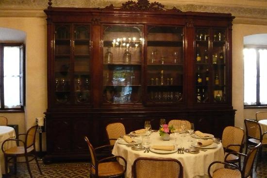 Villa Roncalli : Speisesaal mit antikem Apothekerschrank
