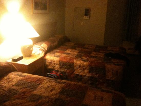 Econo Lodge & Suites: Our bland room