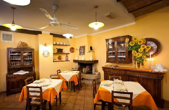 sala da pranzo con camino - Foto di Agriturismo La Locanda del Gelso ...