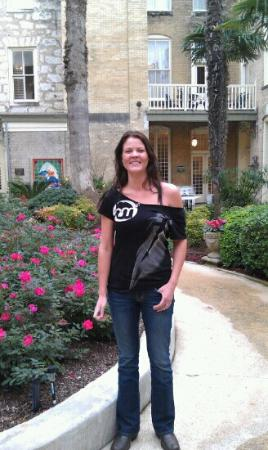 Menger Hotel: Sam in the courtyard.