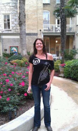 مينجر هوتل: Sam in the courtyard. 