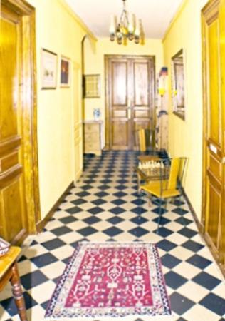 Maison L'Orchidee: Main Hallway