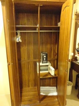 Aonang Goodwill: Closet