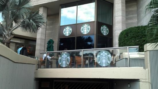 InterContinental Miami: Starbucks just inside the lobby with great seating outside