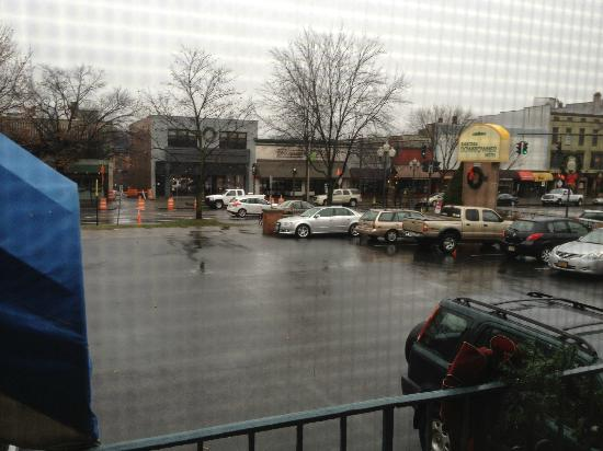 Saratoga Downtowner Motel: Looking outside our window