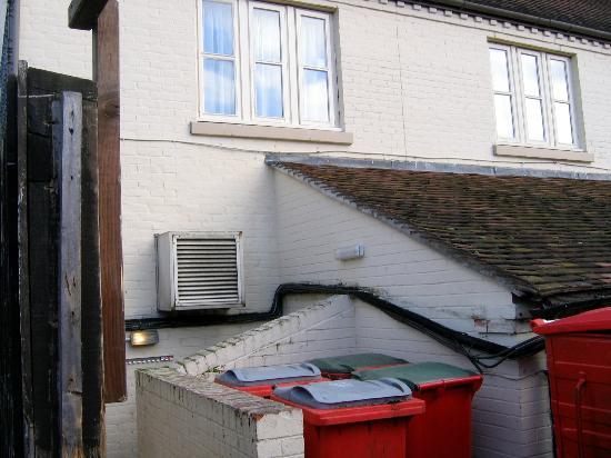 Innkeeper's Lodge Canterbury: Noisy kitchen fan under bedroom window