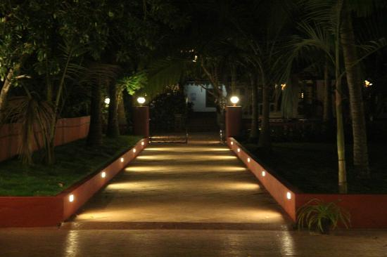 Chalston Beach Resort: Hotel walkway