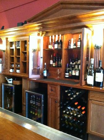 Tangled Hickory Wine Bar: beautiful bar