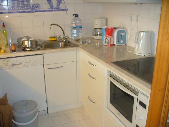 Grand Muthu Oura View Beach Club: Kitchen