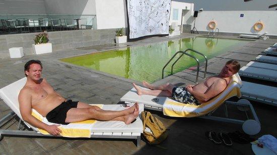 Hues Boutique Hotel: Mooi maar ommuurd zwembad op het dak
