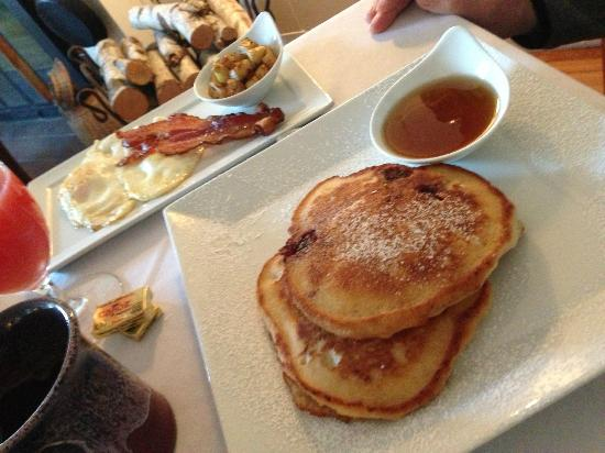Red Clover Inn & Restaurant: Lemon Raspberry Pancakes