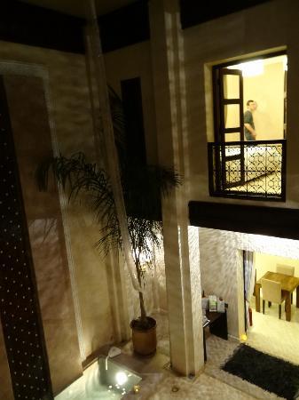 Riad Pourpre Medina: vue du balcon vers le patio