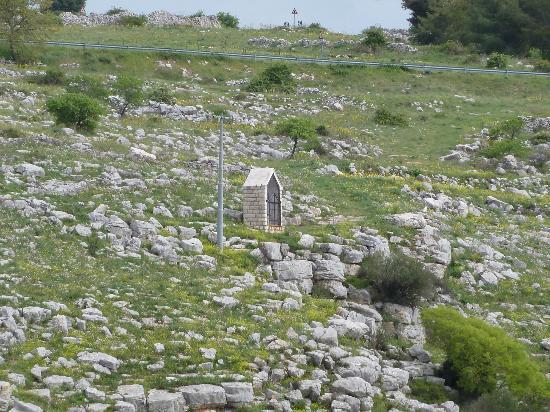 Casa Scesciola : La Croce situata sulla murgia per chi la vuole visitare la ci si vede uscendo dal locale.