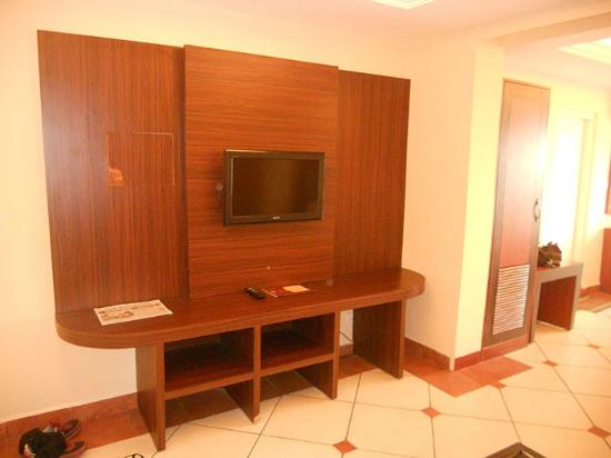 Emarald Hotel Cochin: TV set