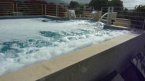 Zen Hotel Versilia: Der Pool ist voll mit Chemie