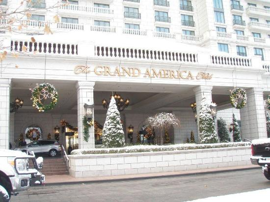 Grand America Hotel: A beautiful snowy morning at the hotel entrance
