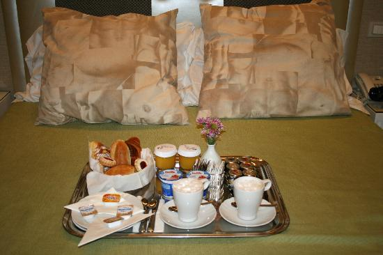 Roma Boutique Hotel: Breakfast in bed
