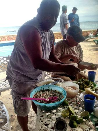 Hotel Hacienda Morelos: willy from aquanuts diving makes lion fish ceviche