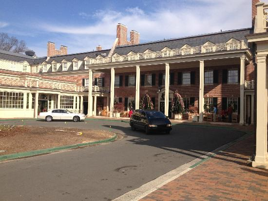 The Carolina Inn: Front entrance, valet parking.