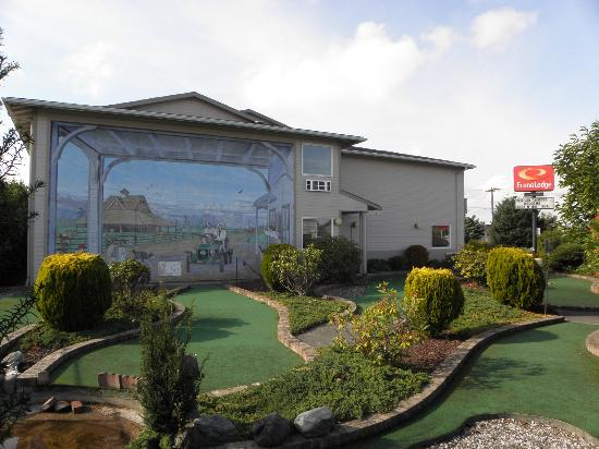 Econo Lodge Sequim: Mini Golf Course area