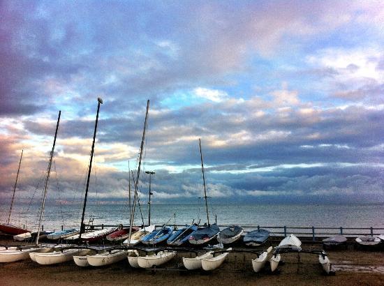 Langrune-sur-Mer, Γαλλία: Vue de l'école de voile, en face de Chez Italo