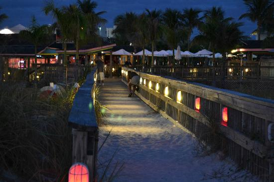 Beachcomber Beach Resort & Hotel: Walkway from the beach