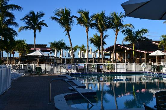 Beachcomber Beach Resort & Hotel: View from pool towards the bars and beach
