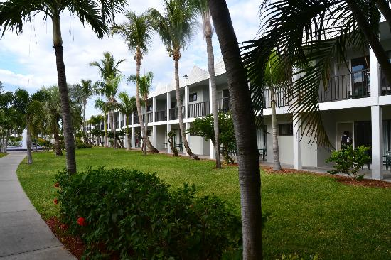 Beachcomber Beach Resort & Hotel: Motel style rooms