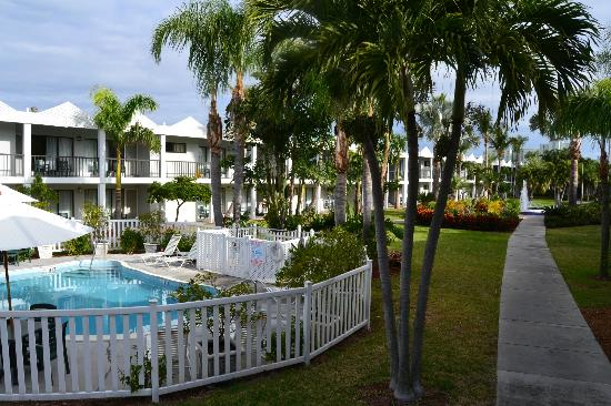 Beachcomber Beach Resort & Hotel: View ofPool and rooms