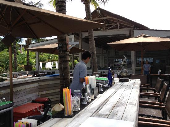 The Village Coconut Island Beach Resort: Bar time