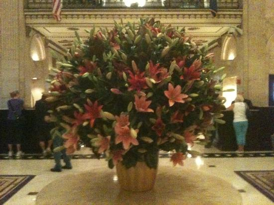The Roosevelt Hotel: Beautiful flowers adorn the lobby !!