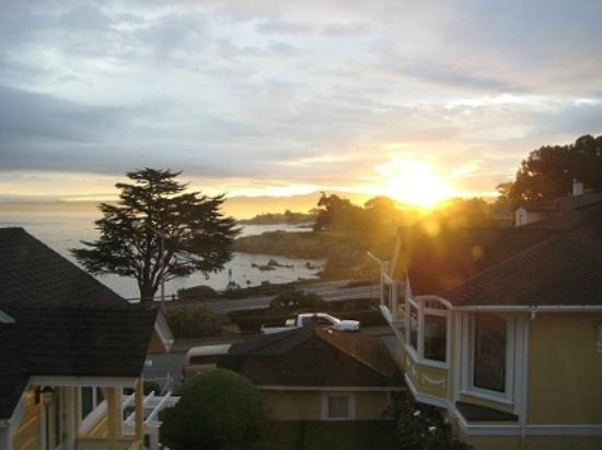 Seven Gables Inn: Sunrise over Monterey Bay from Jewell Cottage