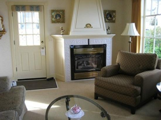 Seven Gables Inn: Jewell Cottage Fireplace