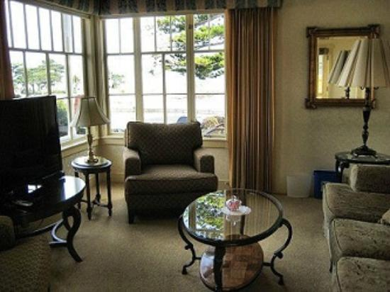 Seven Gables Inn: Jewell Cottage Living Room has view of Lover's Point
