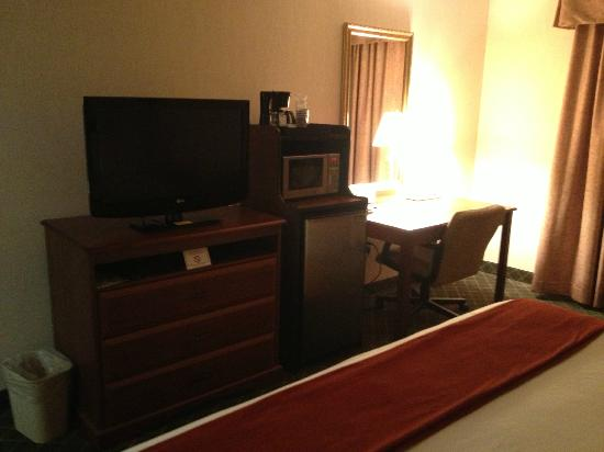 Holiday Inn Express & Suites Ex I-71/ Oh. State Fair/Expo Center: TV, Fridge, Microwave, Desk