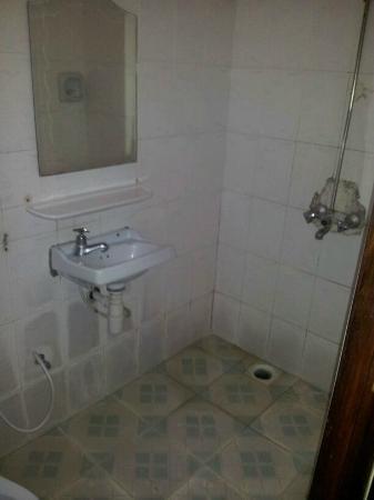 Transit Motel Ukonga: Shower