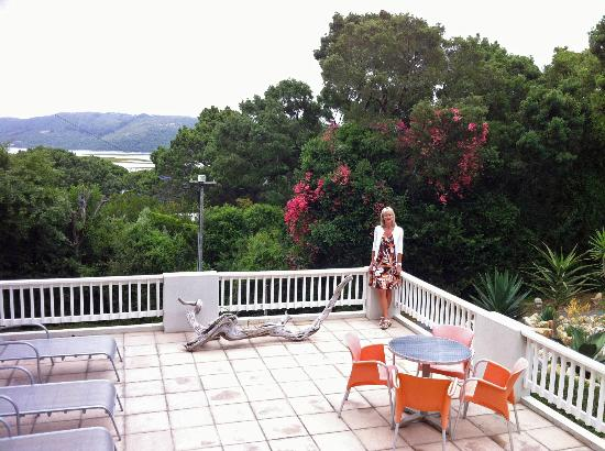 South Villa Guest House: Sun deck with views beyond to the lagoon.