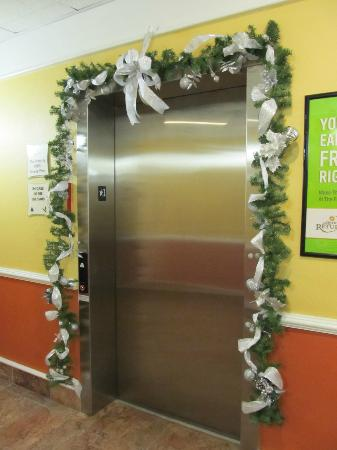 La Quinta Inn & Suites Kingsland/Kings Bay Naval B: Elevator Decorated for Holiday