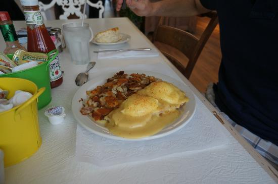 Millie's : eggs benedict