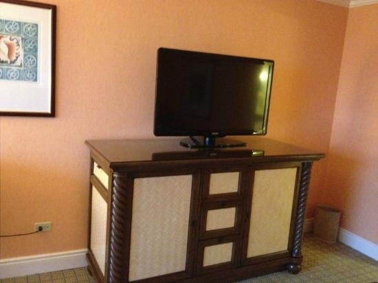 Fairmont Southampton: TV and chest of drawers