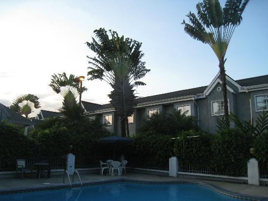 Metrotel Express: vue de l'hôtel depuis la piscine