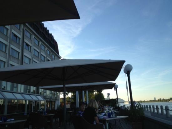 Hilton Vienna Danube Waterfront: Pool/riverside dinning