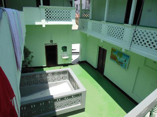 Coco De Mer Hotel: Looking down from the third floor to the 2nd floor landing.