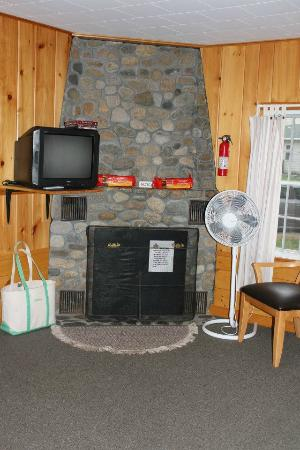 Gilcrest Cottages and Motel: Fireplace