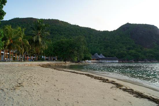 Le Domaine de La Reserve: Strand mit Restaurant im Hintergrund