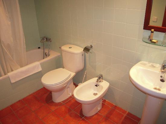 Hotel Antiga: El baño completo.